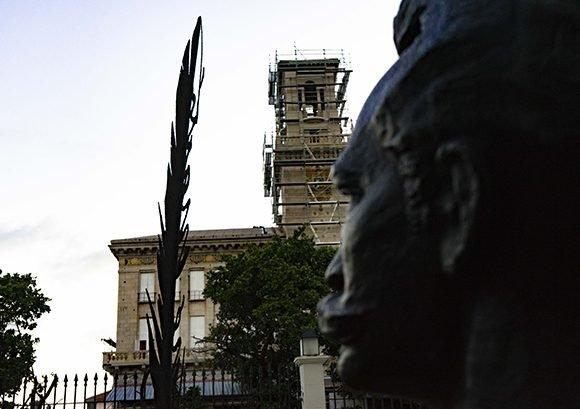 Para Rebull, esa pluma instrumento, de pequeñas dimensiones en su naturaleza real, se amplía en la pieza como metáfora de la grandeza que significan la vida y la obra de Martí. Foto: Dago Díaz Martínez/Cubadebate.