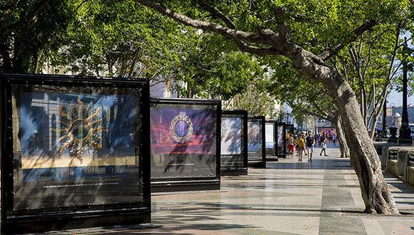 «Utopía», exposición fotográfica de Gabriel Guerra Bianchini, se expone en el Paseo del Prado como parte de la XIII Bienal de La Habana. Foto: Ismael Francisco/ Cubadebate.
