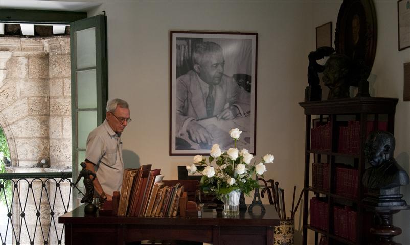 Eusebio Leal en lo que fue la oficina de Emilio Roig / Foto Alexis Rodríguez