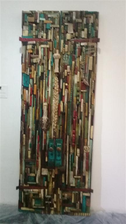 """Portal for Aponte"", 2017, Técnica mixta sobre puerta rescatada con 5 armas fabricadas por el artista Odinga Tyehimba"