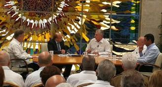 El presidente de los Consejos de Estado y de Ministros comparece en la Mesa Redonda junto a los ministros de Economía, de Transporte y de Energía y Minas. Foto: Estudios Revolución.
