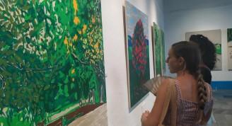 La exposición ¿Pintando el paisaje? de la destacada pintora colombiana Ana Mosseri resalta los intensos colores de la fría ciudad de Bogotá