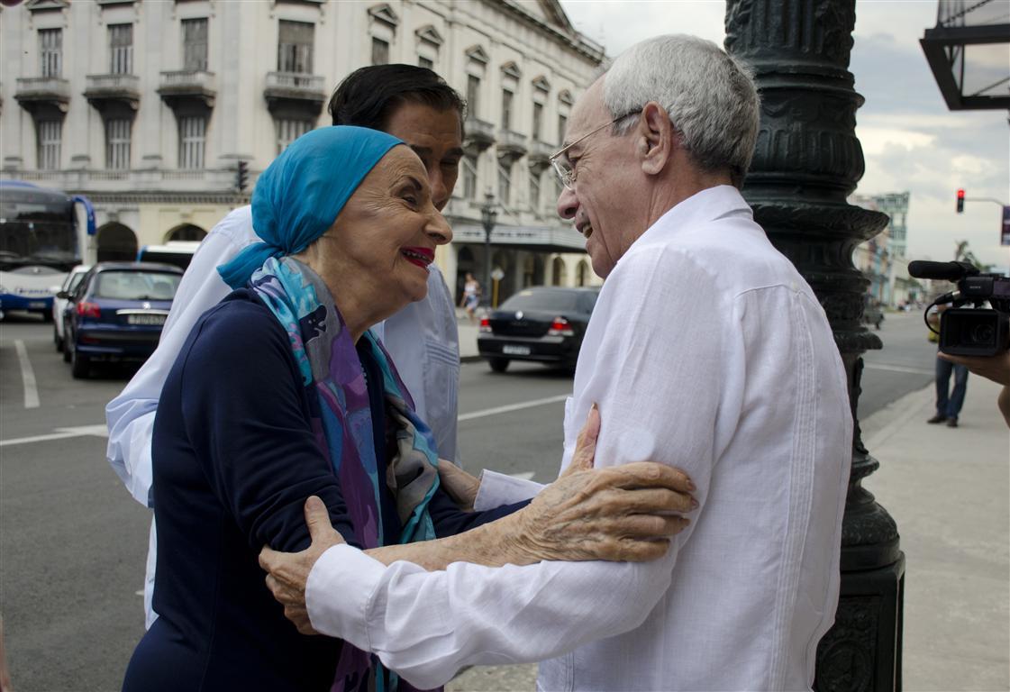 La Prima Ballerina Assoluta Alicia Alonso junto al Historiador de la Ciudad de La Habana en la entrada del Teatro
