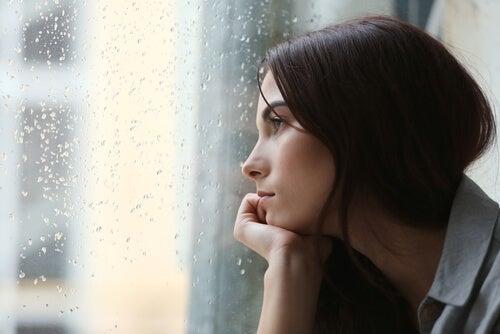 mujer-triste-mirando-por-la-ventana