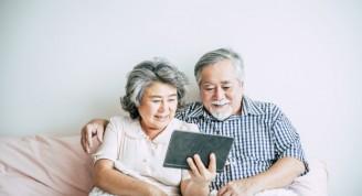 pareja-ancianos-tablet-pc_1150-7865