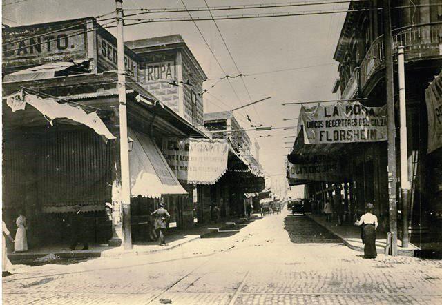 alle San Rafael, principios del siglo XX. A la izquierda, edificio antiguo de El Encanto