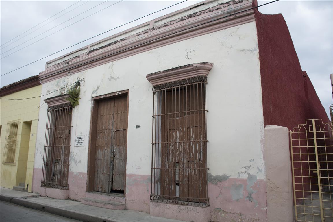 casa marcada con el número 111 en la calle mármol (Medium)