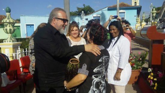 El Primer Ministro de Cuba felicitó a la artista de la plástica Yudit Vidal Faife por haber recibido el Premio Único de las Artes. Foto: José Rafael Gómez Reguera.