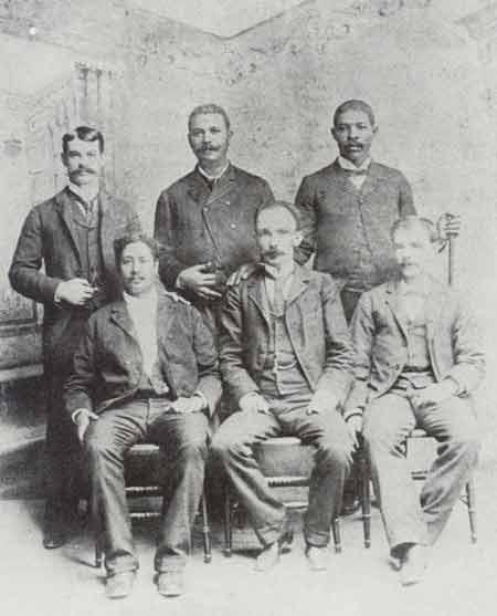 Foto tomada junto a un grupo de miembros del Cuerpo de Consejo de Kingston, Jamaica, el 10 de octubre de 1892.