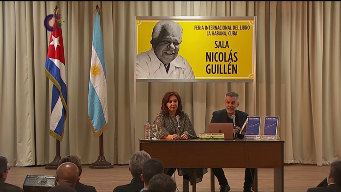 """El periodista argentino Marcelo Figueras presenta junto a Cristina Fernández el libro """"Sinceramente"""". Foto tomada de Canal Caribe"""