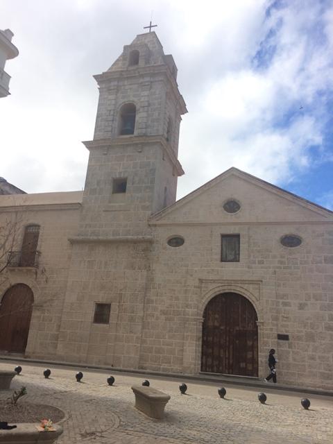 La iglesia frente al espacio público