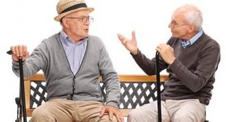 52173433-el-estudio-tiró-de-un-dos-viejos-amigos-que-tienen-una-conversación-sentado-en-un-banco-de-madera-aislado-