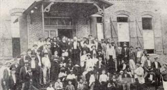 Martí, 1892, con un grupo de emigrado revolucionarios cubanos, a la entrada de la fábrica de tabacos de Vicente Martínez Ibor, en Ibor City, Tampa, Florida.