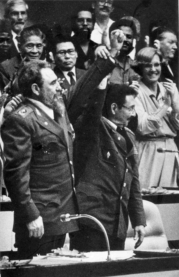 Fidel-y-Raúl-Castro-durante-III-congreso-del-PCC-febrero-de-1986.-Foto-Instituto-de-Historia.-Sitio-Fidel-Soldado-de-las-Ideas-580x899