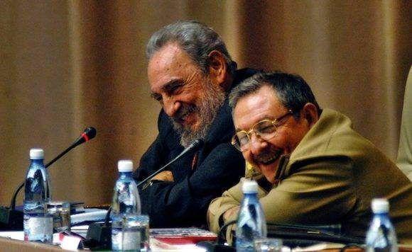 Fidel-y-Raúl-en-la-Asamblea-Nacional-.-Foto-Ismael-Francisco-Cubadebate-580x356