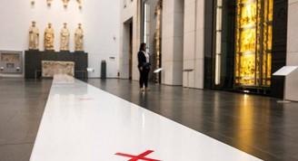 Los museos alemanes han dispuesto señalizaciones en las salas para mantener la distancia entre personas