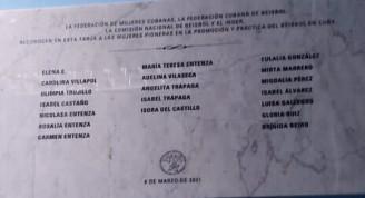 Tarja dedicada a las pioneras del béisbol