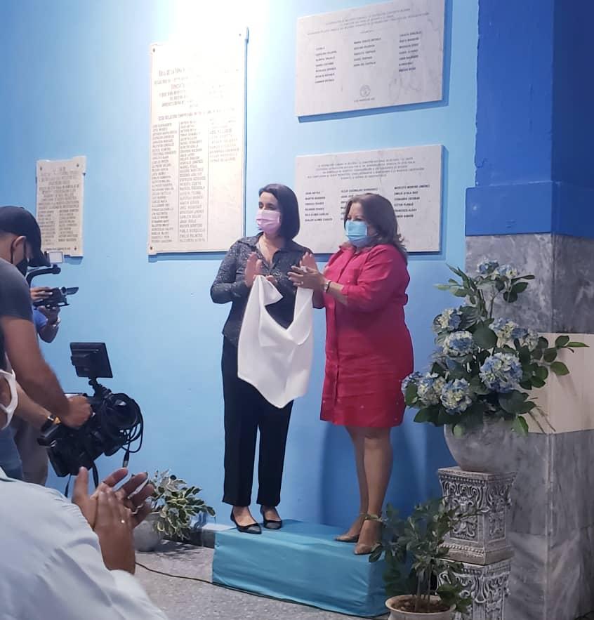 Develación de la tarja dedicada a las pioneras del béisbol en Cuba realizada por Teresa Amarelle miembro del Consejo de Estado y Secretaria General de la FMC y Perla Rosales Directora Adjunta de la Oficina del Historiador de la Habana