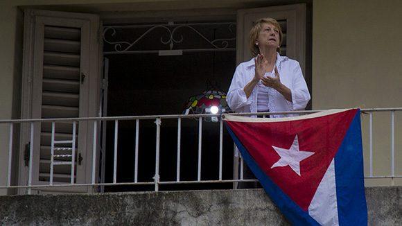 Allí, en los hogares, a salvo, hoy somos más útiles. Foto: Ismael Francisco/Cubadebate.