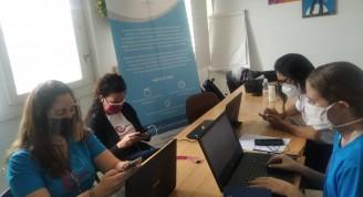 El equipo de trabajo de Adolescer, liderado por miembros del proyecto Escaramujo, monitorea desde la virtualidad los debates que se hacen en Telegram sobre los derechos de los y las adolescentes