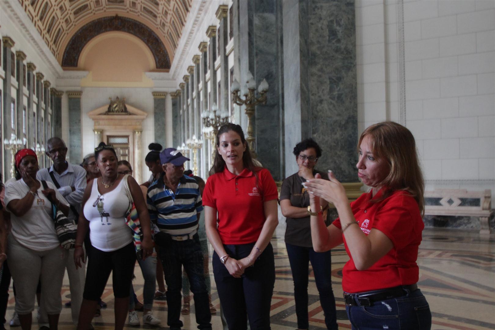 Primer recorrido en Lengua de Señas Cubana en el Capitolio Nacional de Cuba, con la Agencia de Viajes San Cristóbal y el proyecto Cultura entre las manos.