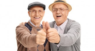 dos-viejos-amigos-que-dan-los-pulgares-para-arriba-67147103