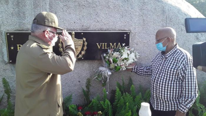 Las flores dedicadas por Raúl a Vilma fueron colocadas por el general de división Agustín Peña y el coronel ® Alberto Vázquez. Foto: Yuzdanis Vicet