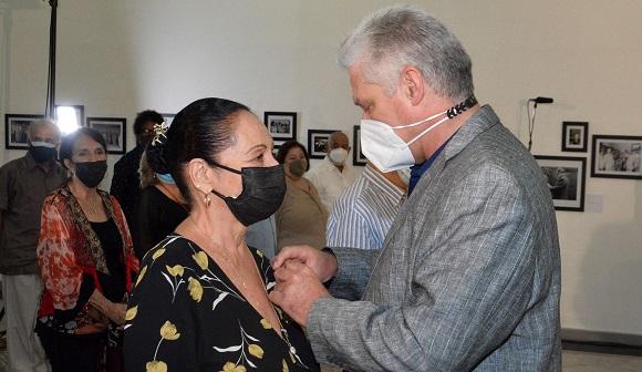 El Presidente cubano Miguel Díaz-Canel entrega la Orden Félix Varela a Beatriz Márquez Castro.