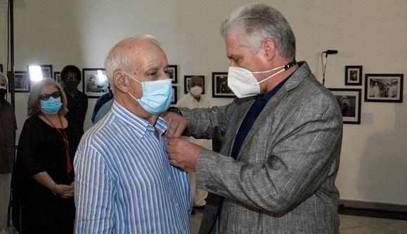 El Presidente cubano Miguel Díaz-Canel entrega la Orden Félix Varela a Héctor Echemendía Ruiz de Villa.