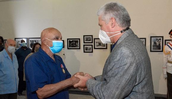 El Presidente cubano Miguel Díaz-Canel entrega la Orden Félix Varela a Enrique Molina Hernández.