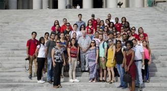 El Doctor Eusebio Leal Spengler, junto a jóvenes trabajadores de la Oficina del Historiador de la Ciudad de La Habana en el Capitolio Nacional . Foto: Alexis Rodríguez