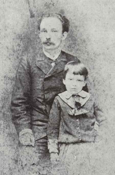 Fotografía de Martí con su hijo José Francisco. Fue realizada en New York, 1885, una de las ocasiones en que la familia estuvo reunida.