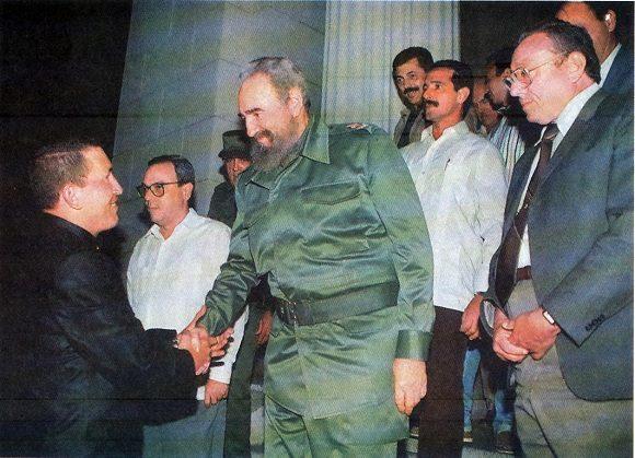 Fidel junto a Hugo Chávez y Eusebio Leal en La Habana Vieja. Foto: Fidel Soldado de las Ideas.