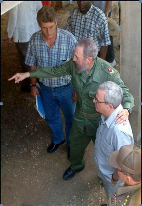 En una instantánea histórica, el Dr. Eusebio Leal, Historiador de La Habana, junto al Comandante en Jefe Fidel Castro, el General de Ejército Raúl Castro y el actual Presidente cubano, Miguel Díaz-Canel Bermúdez. Foto tomada de Cubaperiodista