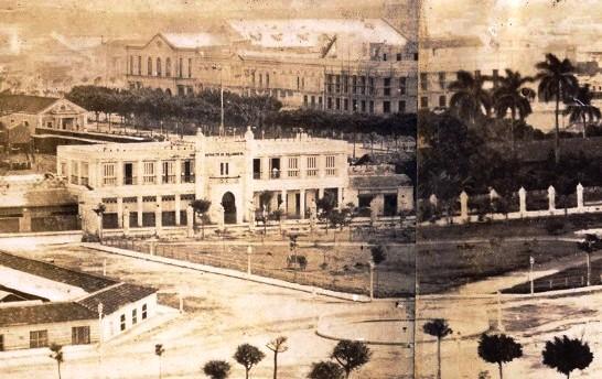 Estación de Villanueva y Campo de Marte en los primeros años del siglo XX. Al fondo, los edificios levantados en los solares mencionados