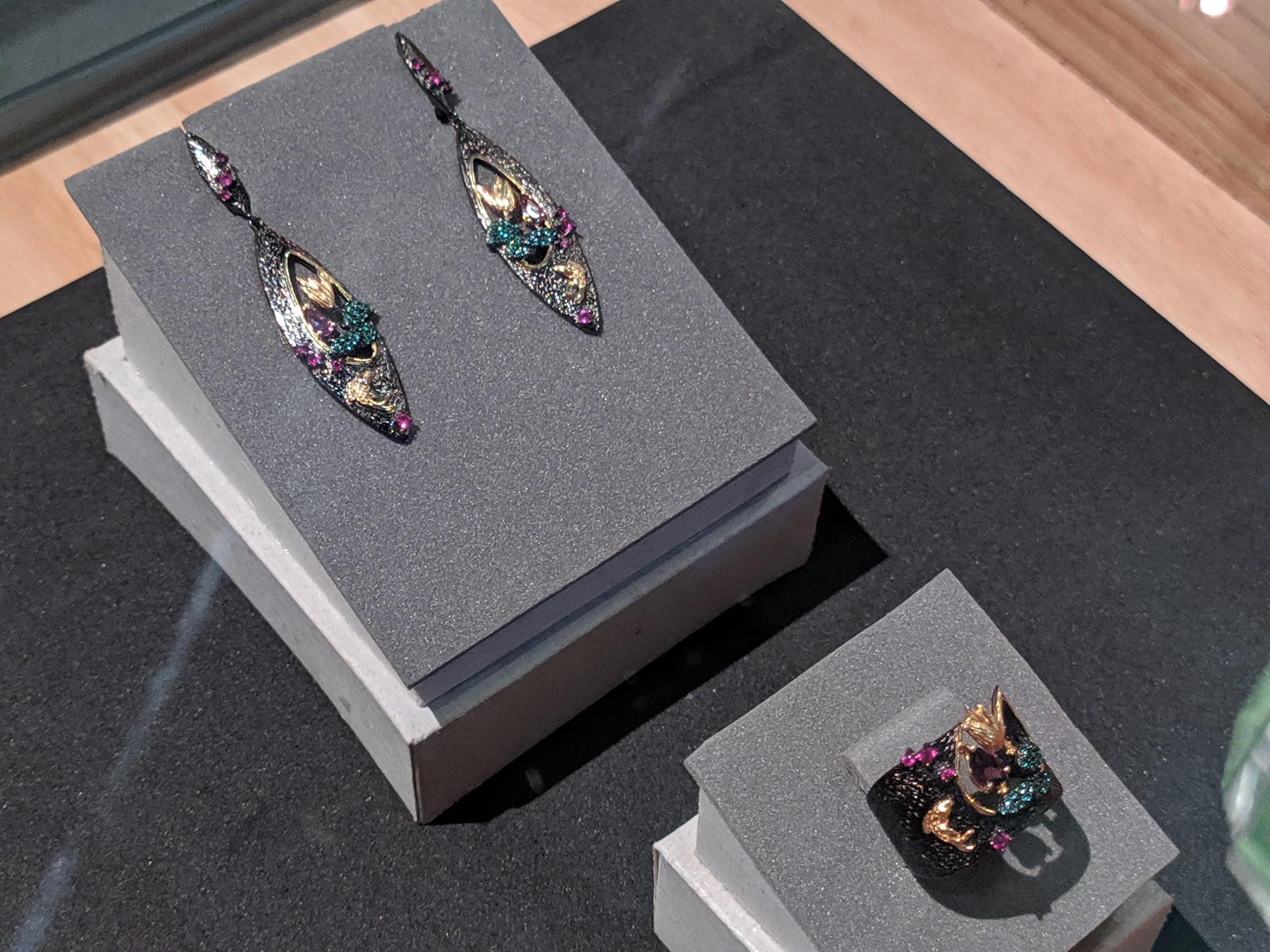 Las piezas de joyería de Firdaus son elaboradas por la artista Kira Romero