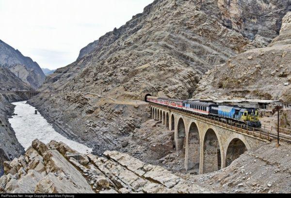 En el Ferrocarril Transiraní se aplicaron numerosas soluciones ingenieras para vencer la caprichosa topografía de las regiones que atraviesa. Foto: @viajepatrimonio